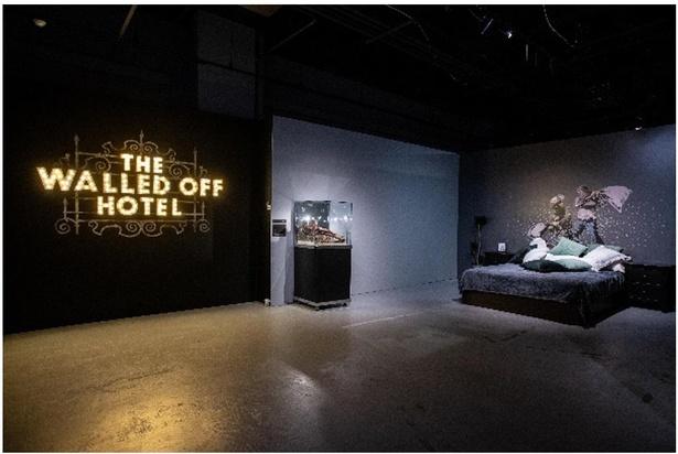 パレスチナに建てられたホテル「ザ・ウォールド・オプ・ホテル」再現展示の様子(画像は横浜展)