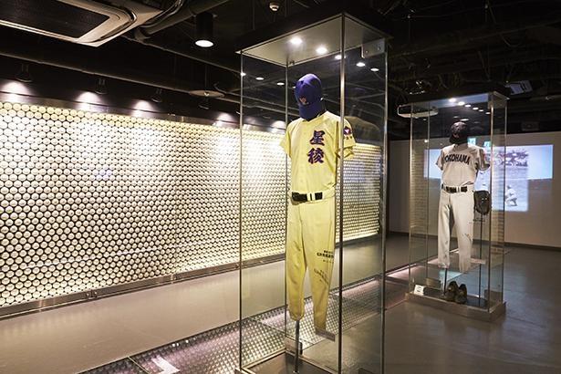 「聖地への誘い」松井秀喜や松坂大輔本人のユニフォームの展示や、4253個の白球が並ぶボールウォールなど、高校野球の熱を感じるコーナー