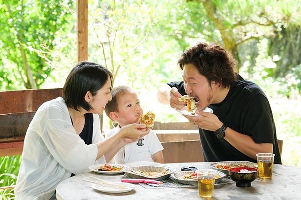 みんなでピザをほおばろう。屋外の広い場所で食事となるので開放感がある