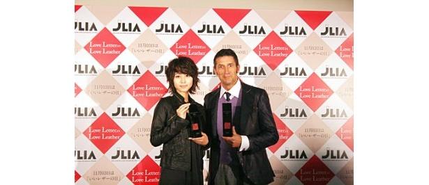 「ベストレザーニスト2009」を受賞した堀北真希とパンツェッタ・ジローラモ
