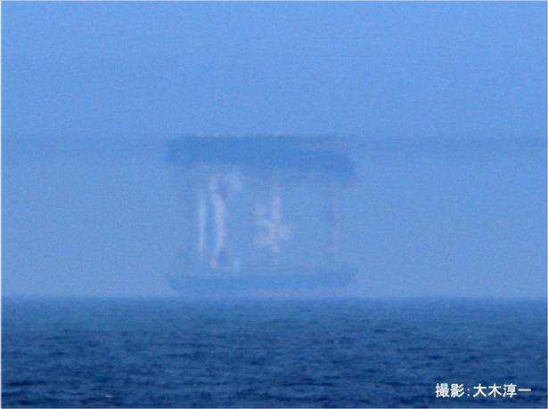 【写真】全国でも珍しい上位蜃気楼の写真。海の上にタンカーが反転して見える