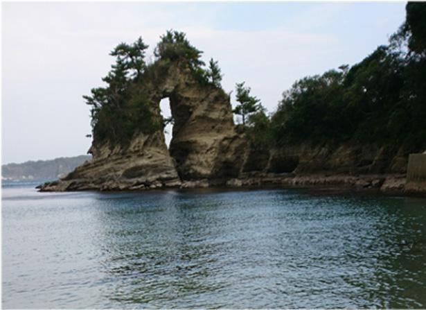 """尾名浦海岸にある、海蝕と風化によってできた洞は、別名""""メガネ岩""""と呼ばれ親しまれている"""