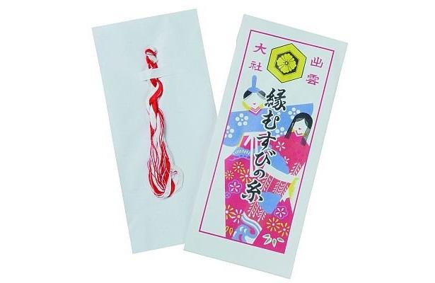 紅白の糸が入った「縁むすびの糸」(1000円)は、衣服に縫い付けて良縁を祈願/出雲大社東京分祀