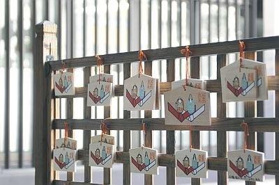 愛らしい男女のおひなさまが描かれた「えんむすび絵馬」(小500円、大1000円)/出雲大社東京分祀