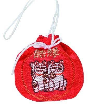 「縁結御守」(800円)は、愛らしい巾着形。ブルーやピンクなど全9色で、お正月限定の桜柄もある/今戸神社