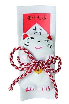ウィンクしていたり、横を向いていたりと表情やポーズが異なった数種類がある「招き猫置物みくじ」(300円)/今戸神社