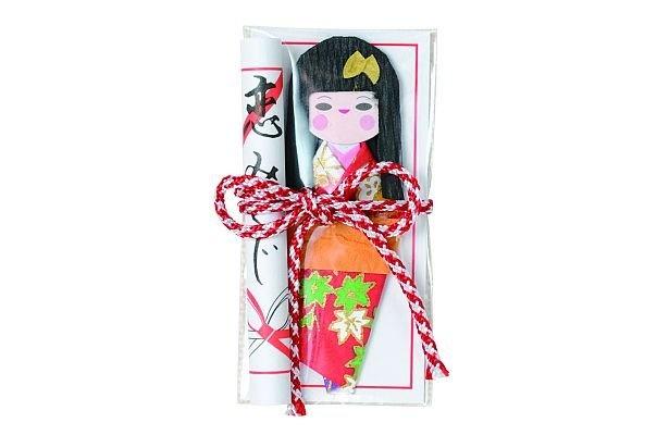 持ち歩ける和紙の人形がついた「恋みくじ」(200円)/今戸神社