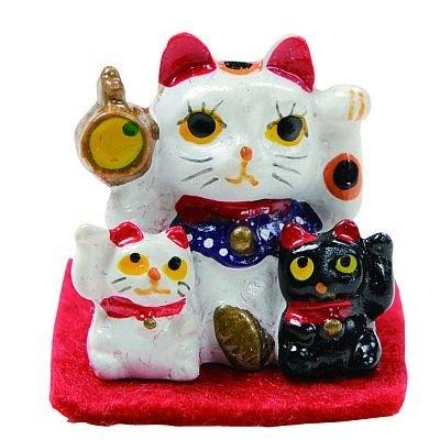 右手と左手をあげている白猫のほか、厄除けの意味がある黒猫が一緒になった「招き猫置物」(500円)/今戸神社