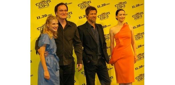 左から:メラニー・ロラン、タランティーノ監督、ブラッド・ピット、ジュリー・ドレフュス