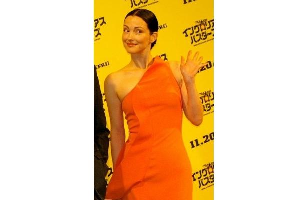 オレンジのセクシードレスのジュリー・ドレフュス「今回2回目ですが、役をいただいて光栄です」