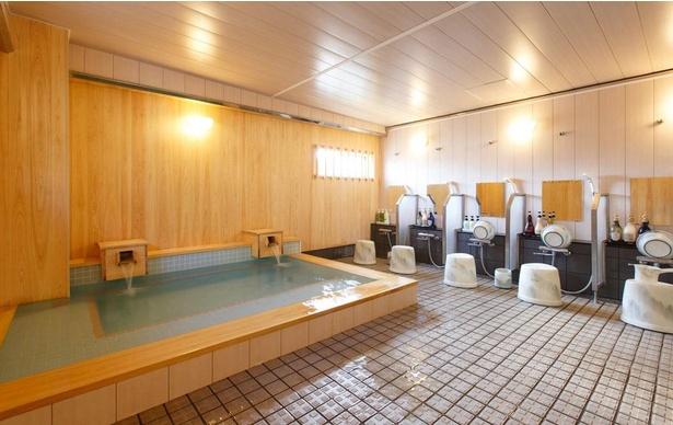 香りと色合いの優しさに癒やされる檜風呂。足が伸ばせる大浴場があるのはうれしいポイント