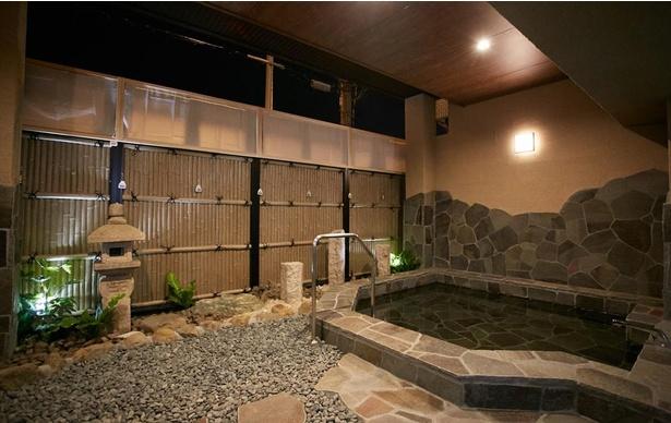 仕事や旅の疲れを癒やす大浴場にある自慢の露天風呂。これを目当てに宿泊する常連も多い