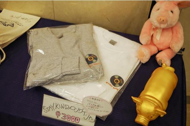 インフルエンサーとコラボして制作したTシャツなど、さまざまなオリジナルグッズも受付で販売