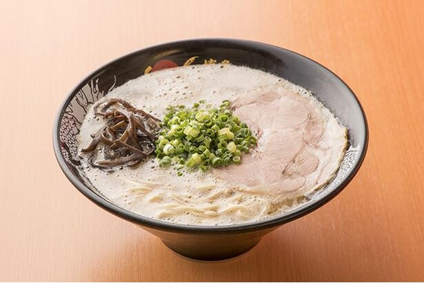 博多一幸舎 空港南店 / 「ラーメン」(730円)は、豚骨の香りを大切にしたスープは、豚骨らしさ全開だ