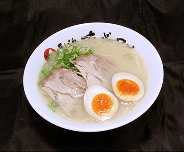 長浜ナンバーワン / 「煮たまごらーめん」(720円)。半熟で程よく醤油が染みた煮卵が、あっさり系の豚骨ラーメンのアクセントに