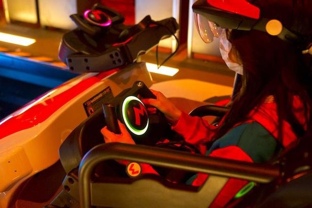 マリオカートの体験前にはハンドルにパワーアップバンドを触れて、連動させて