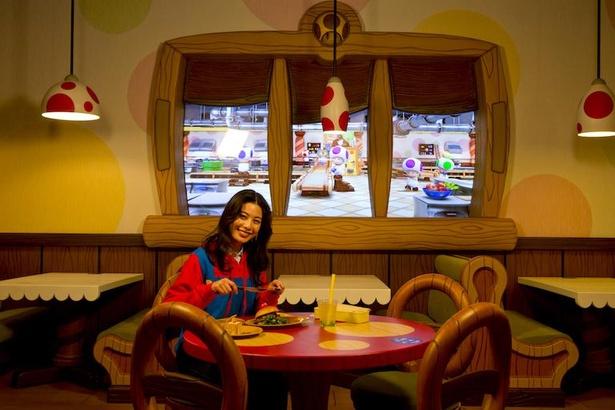 キノコ柄のテーブルに座って、キノピオらが一生懸命働く様子を見ながら味わって