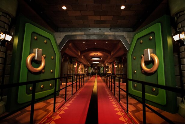 ゲームでも見覚えのあるクッパ城の扉も完全再現!