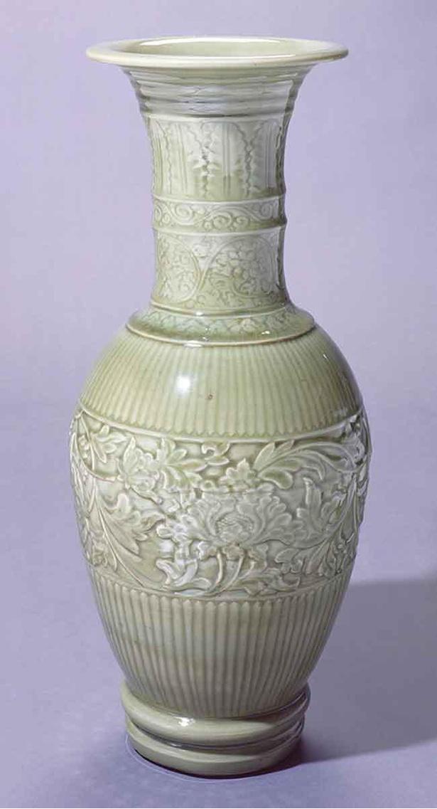 青磁陽刻牡丹文大花瓶 15世紀 国立歴史民俗博物館蔵