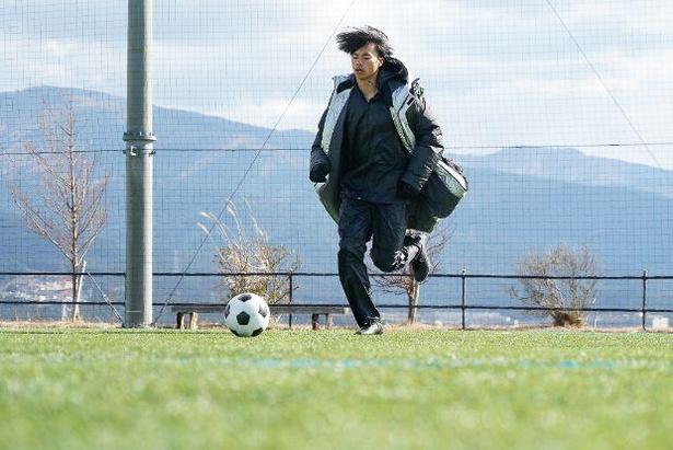 ボールを渡されると、水を得た魚のように俊敏な動きでトレーニングする三笘選手