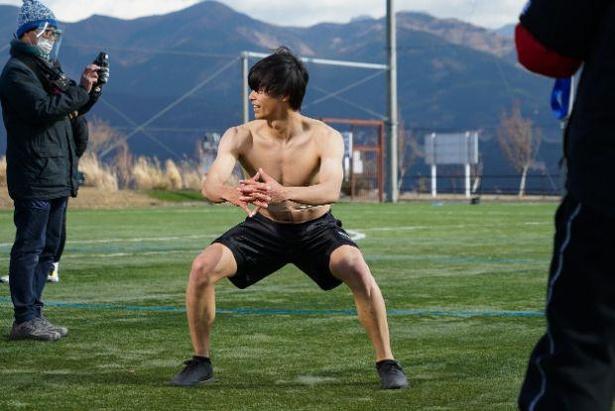 """【写真】これぞ日本代表のボディ!鍛え抜かれた""""肉体美""""を披露した三笘選手"""