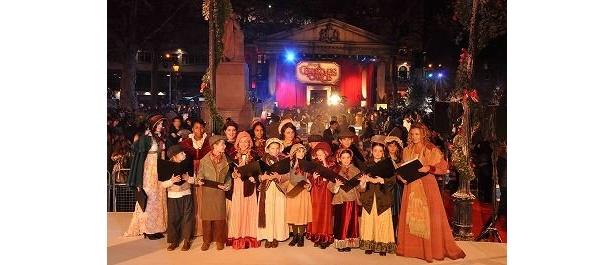 市内4箇所に集まった1万4100人の市民聖歌隊が「きよしこの夜」とエンディング・テーマを熱唱!