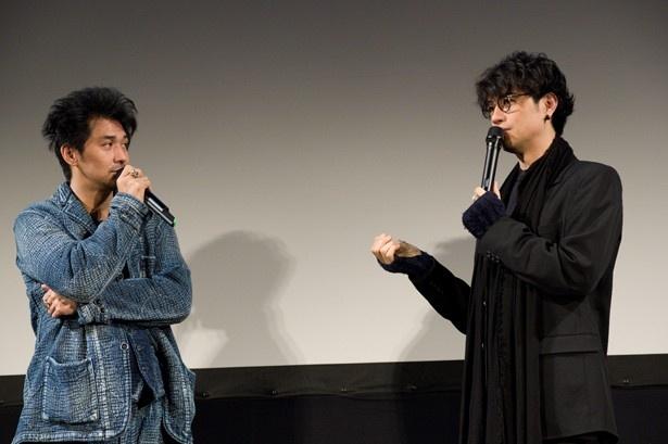 【写真を見る】村上淳と出会いのエピソードについて語り合う斎藤