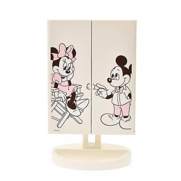 ミッキー&ミニーがデザインされたLEDスタンドミラー。インタリアに馴染みやすい、優しい色合いも魅力