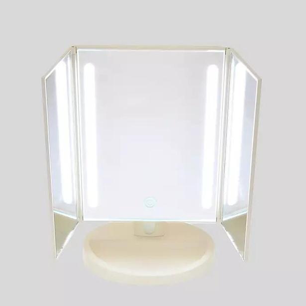 LED照明が顔を明るく照らしてくれる