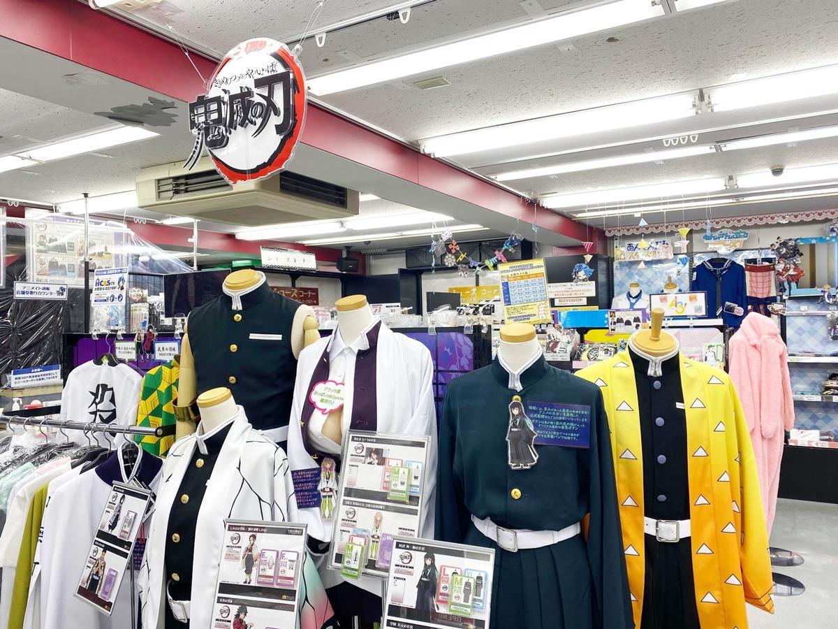 【写真】店内には『鬼滅の刃』など、さまざまな人気アニメのコスプレ衣装が並ぶ
