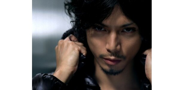 出演中のドラマ「東京DOGS」(フジ系)でのキャラとは違い、鋭い視線でカメラを見詰める水嶋ヒロ