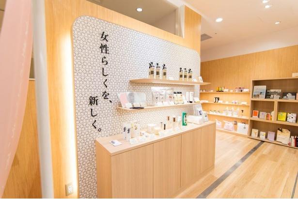 「 iroha STORE 大丸梅田店」。木目調で高級感漂う空間がおしゃれ
