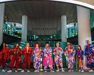 渋谷の街中に「KANSAI YAMAMOTO」のカラフル衣装を着たモデルが出現!