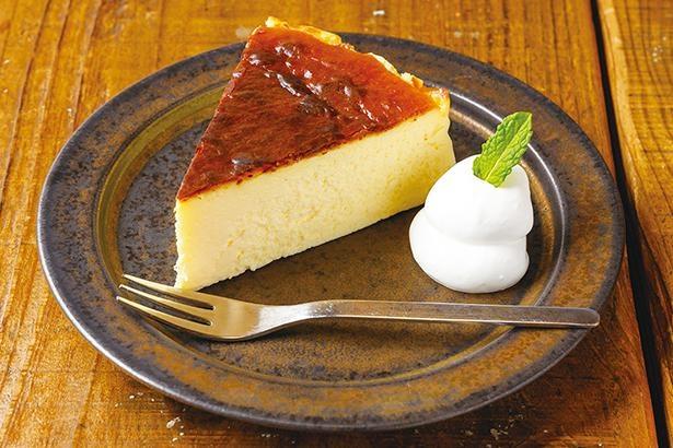 「バスクチーズケーキ」(460円)。オーナー自ら手作り。クリームチーズの濃厚な味わいが広がる。ケーキセットにするとドリンクが50円引きに