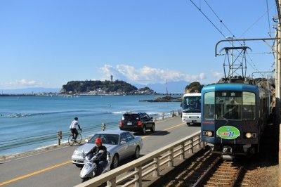 海沿いを走る江ノ電「絶対J1 GO」