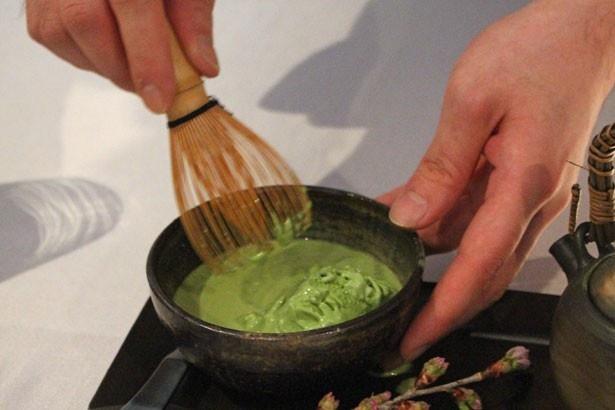 【写真を見る】茶せんを使い、アイスクリームとカクテルを混ぜ合わせて完成!