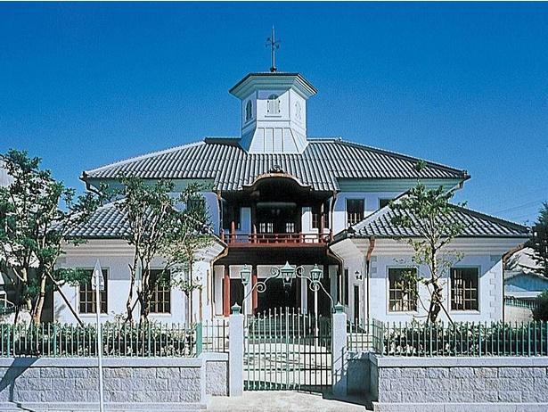 【写真】集合場所の白雲館は明治時代に近江商人によって建てられた学校で、現在は観光案内所となっている