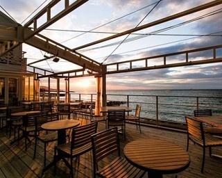 オープンなウッドデッキはリゾート感たっぷり。青く澄んだ海がゆっくりと黄金色に染まっていく様を、少し早めのディナーと共に味わおう/miele