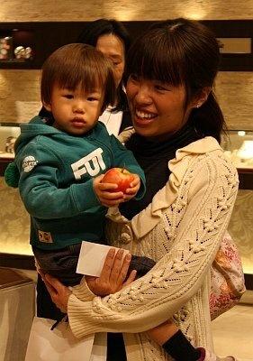 リンゴをもらってゴキゲン!?赤ちゃんも列に参加