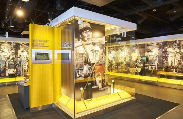 「ヒーロー列伝」歴代名選手の写真パネルや、縁ある展示品が並ぶ。さらに映像を通して現役時代の勇姿も見られる