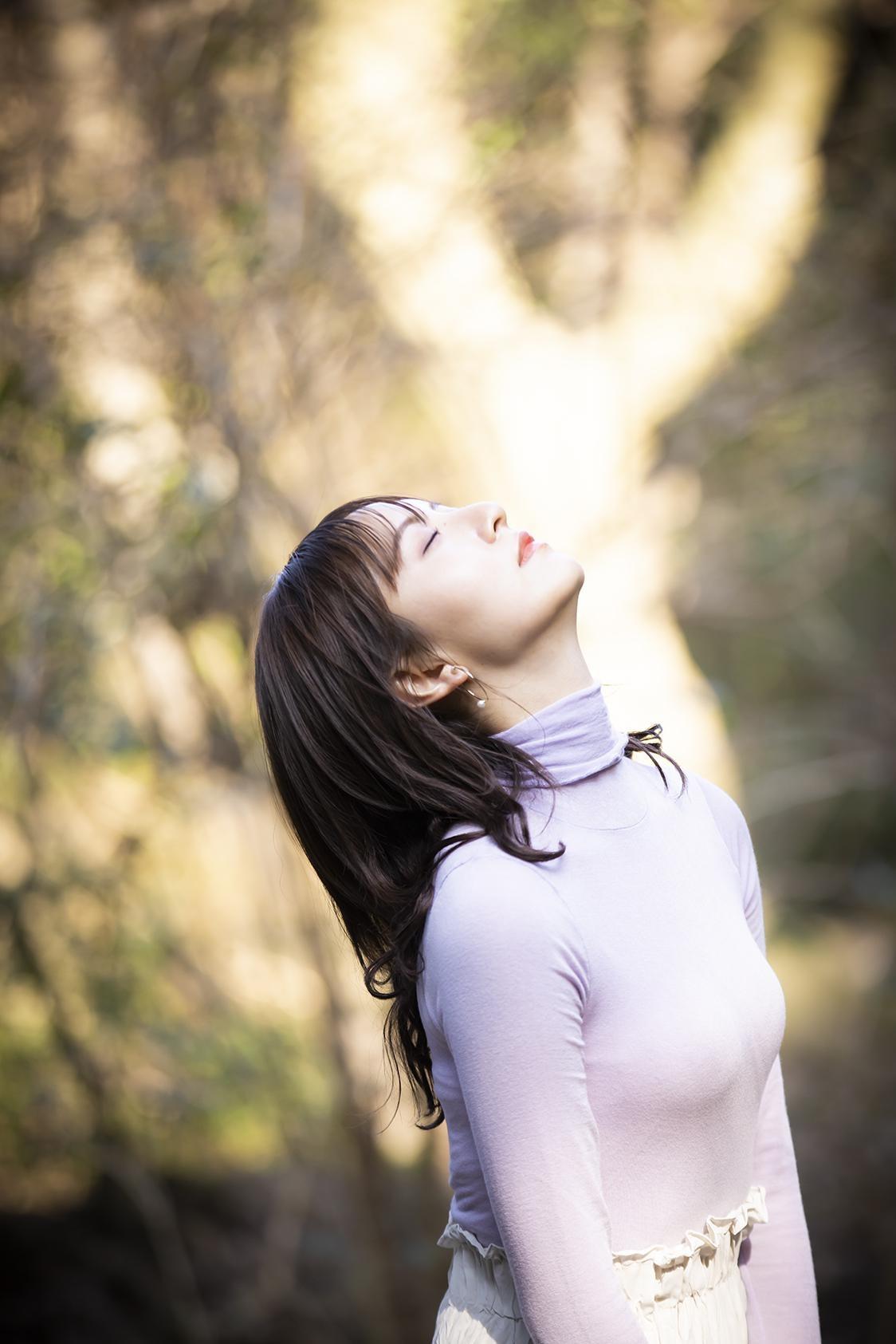 インドア派だという森保。森林浴を楽しむ様子も (C)KADOKAWA  (C)Mercury   PHOTO/TANAKA TOMOHISA