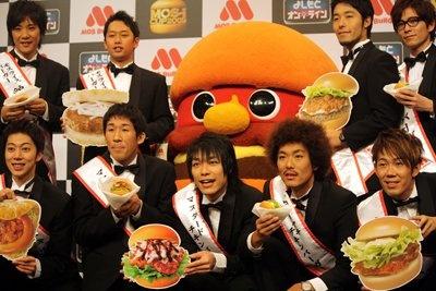 「MOS-1 CUP 2009」キャンペーンの応援大使になった、はんにゃ、オリエンタルラジオ、麒麟、トータルテンボス、ライセンスの5組。自分たちの応援商品に自信たっぷり!