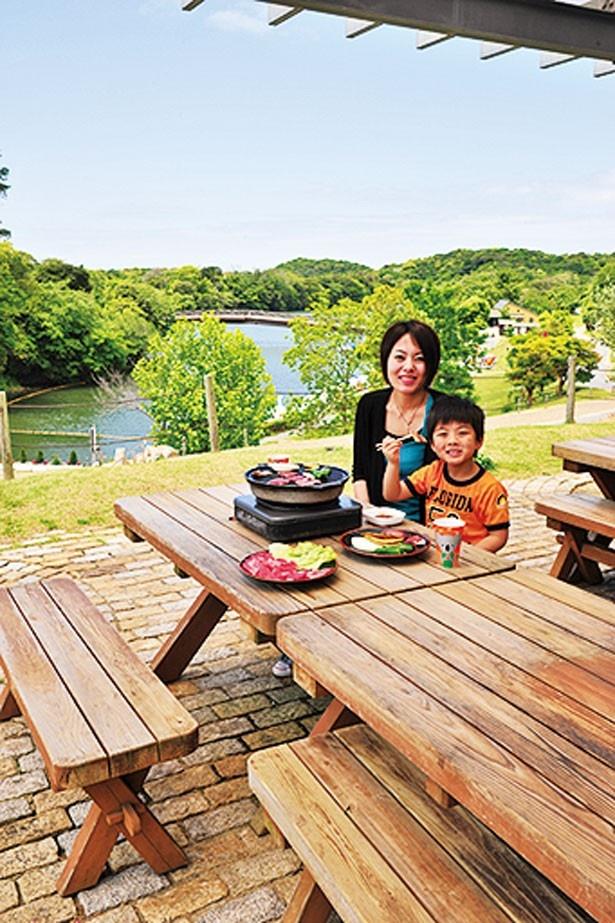 MooMooバーベキュー。「淡路牛ランチセット」(1700円)など、好きな食材を購入して、屋外で食べよう/淡路ファームパーク イングランドの丘