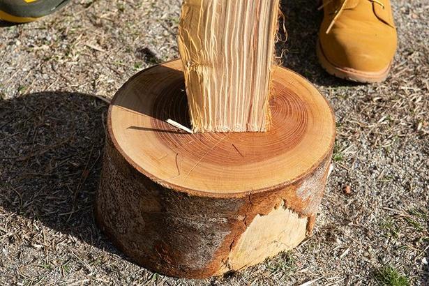 まきを割る際は、まき割り台を使うのもおすすめ。刃が地面に当たるのを防げる