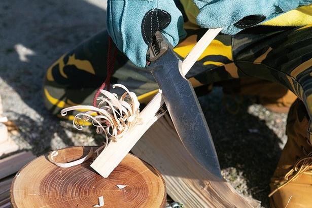 フェザースティックは、まきにナイフを滑らせるように入れて削っていく