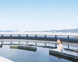 広い湯舟には空を見ながらのんびりできる寝椅子や、肩まで浸かりやすい、やや深めの浴槽などがある(女湯)/ホテルニューアワジ プラザ淡路島 天空のスパ「夕映えの湯」