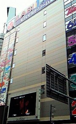 場所は東口からすぐ!日本総本店の向かい側だ