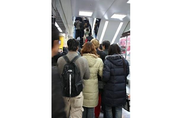 開店と同時に、店内に駆け込むたくさんの人!