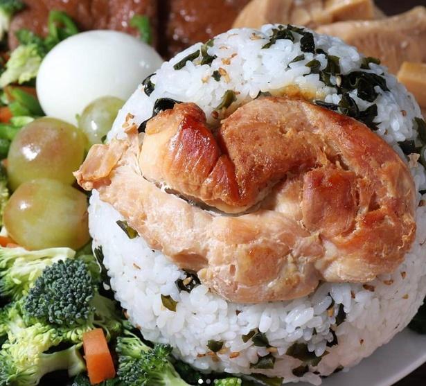 焼きすぎた鶏肉を貼り付けたおにぎり。食べ応えある鶏肉と、わかめご飯の相性がバッチリ