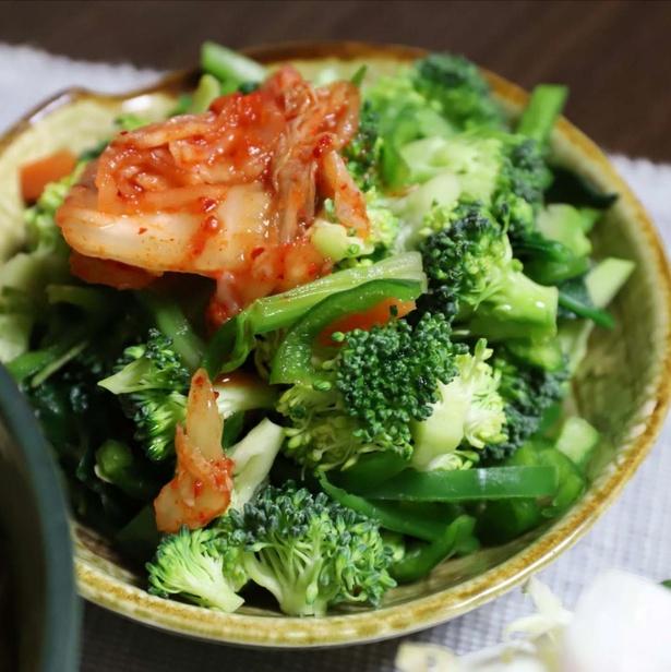 生ブロッコリーにキムチをのせたサラダ。キムチの辛味と酸味が野菜とベストマッチ!